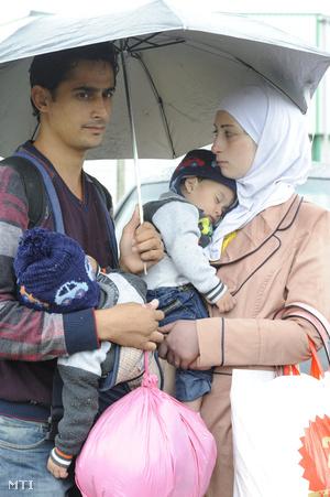 A Tisza árterében Szeged közelében elfogott  pár kisgyermekeivel 2015. június 24-én.