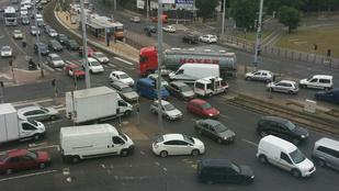 Szép kis közlekedési káosz van a Gyáli útnál