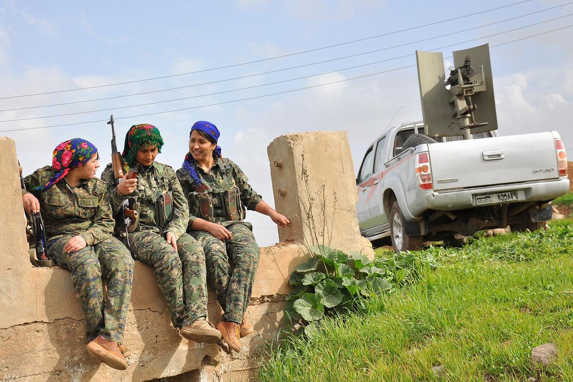 A kurd hadsereg női katonái pihennek az út mentén, a szíriai-török határnál