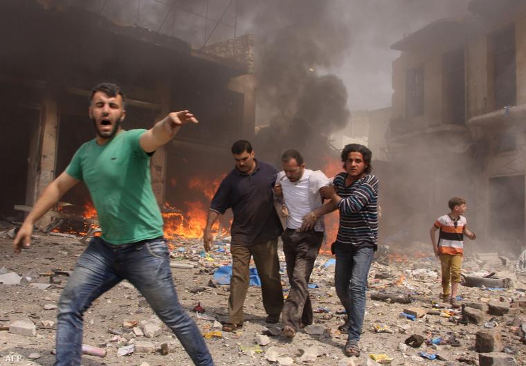 Sebesülteket mentenek a kormányerők bombázása után Aleppóban, június 3-án