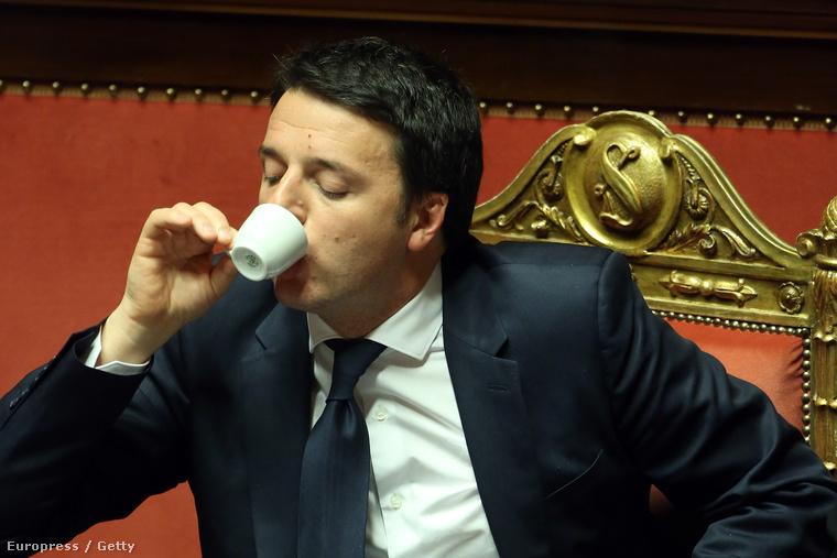 Matteo Renzi olasz miniszterelnök egy csésze presszóval indítja az olasz parlamenti ülését
