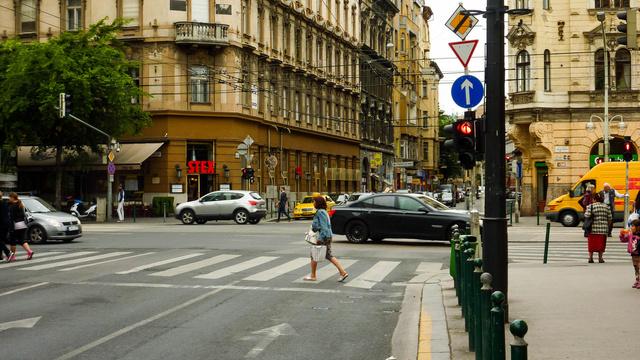 A lámpa most piros, de amikor zöldre vált, még egyszer utoljára figyelmezteti az autóst, hogy ne kanyarodjon jobbra. Ide kéne egy kamera figyelmeztetés, amitől talán...