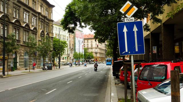A kék tájékoztató tábla is egyértelmű, de ezt sem veszik észre a Baross utca autósai