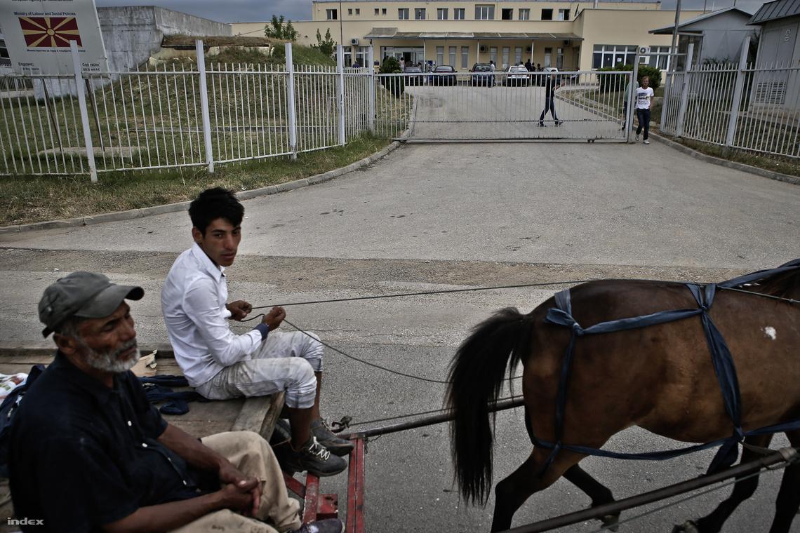 Lovaskocsi egy macedóniai menekülttábor bejáratában
