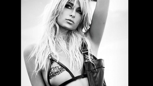 Paris Hilton cselesen prezentálja a mellbimbóját