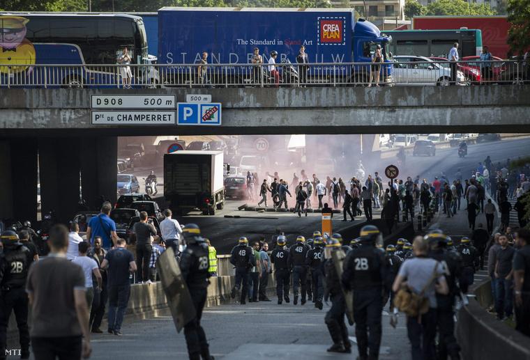 Francia taxisok zártak le egy párizsi utcát