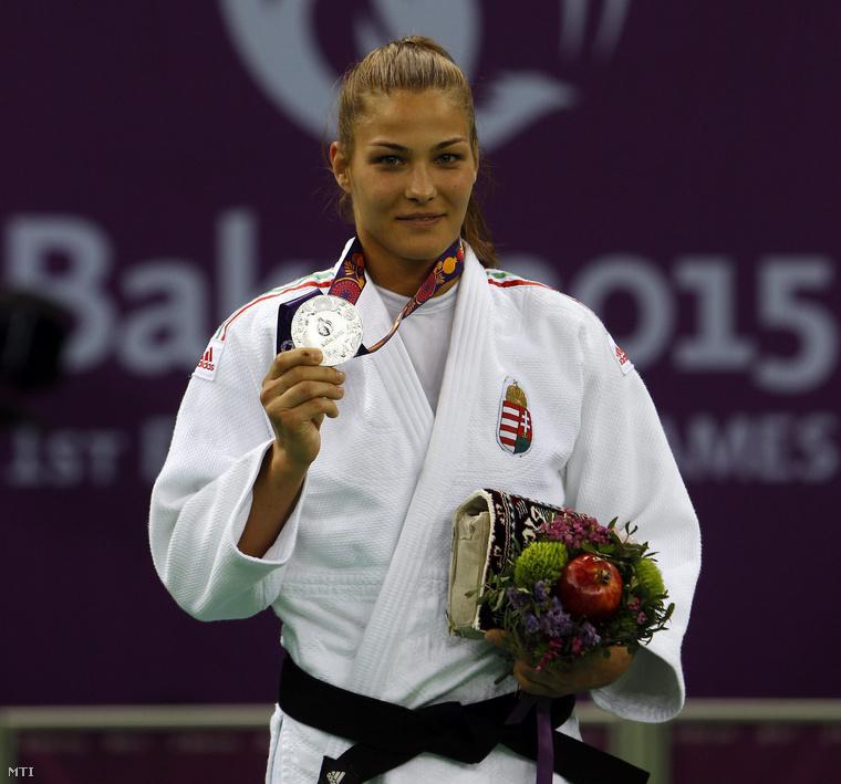Az ezüstérmes Karakas Hedvig a női cselgáncsozók 57 kilogrammos súlycsoportjának eredményhirdetésén.