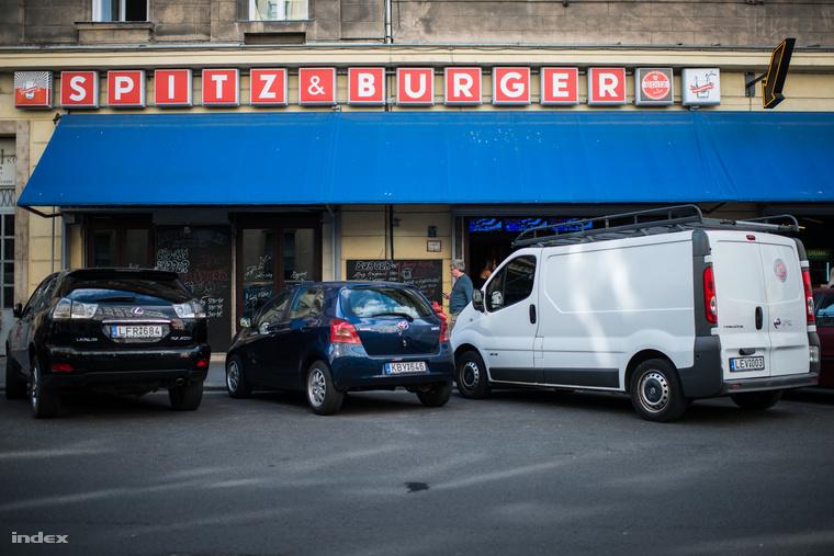 A Spitz & Burgerben nemcsak piálni és flipperezni, hanem akár vacsorázni is lehet.