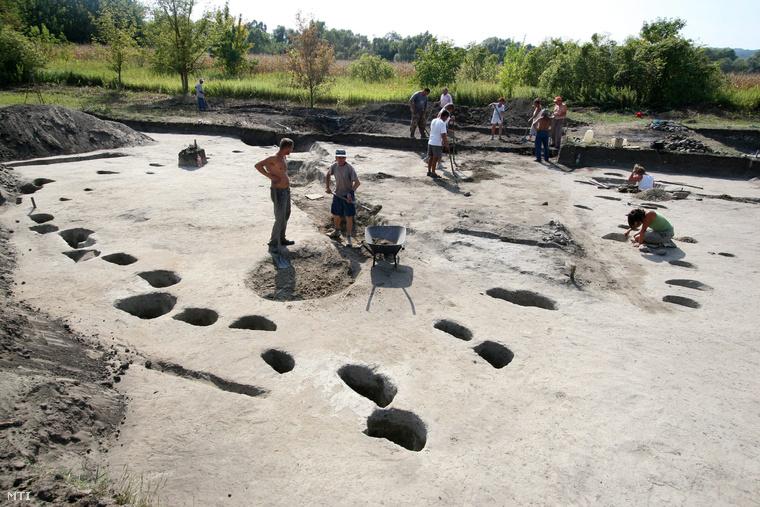 2008. szeptember 8. A 840-es évek első felében készült, 12x12 méter oldalhosszúságú fatemplom alapjainak feltárásán dolgoznak a szakemberek Zalavár közelében, a Kis-Balaton Ház mögötti területen.
