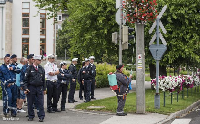 Bár az erre járó autósok ereiben megfagyott a vér a rengeteg rendőr láttán, nem állt meg teljesen az élet a Dózsa György út környékén