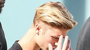 Justin Bieber addig tolta le a gatyáját, amíg ki nem lógott a feneke