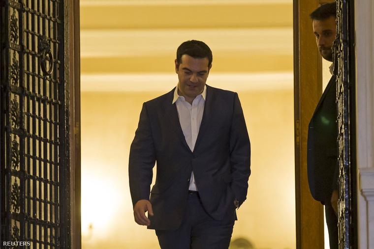 Alekszisz Ciprasz távozik a kormány rendkívüli üléséről, 2015. június 27-én.