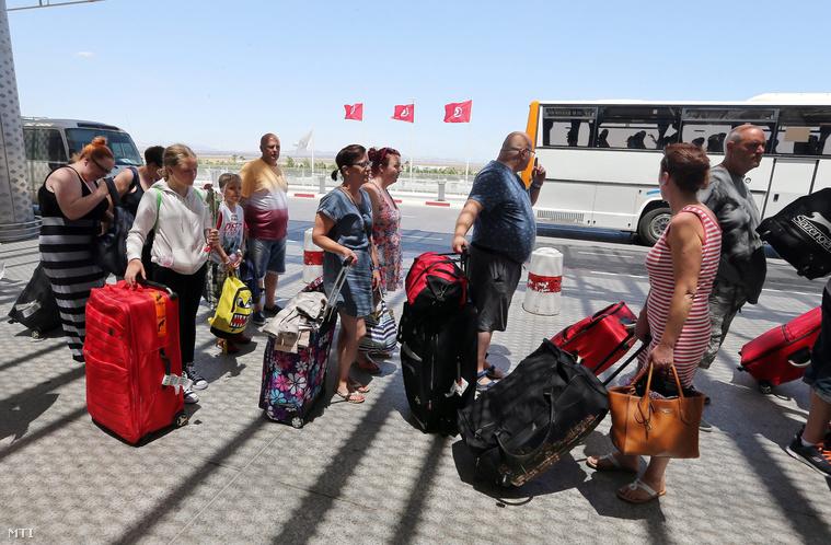 Tunéziából távozó britt turisták a reptéren