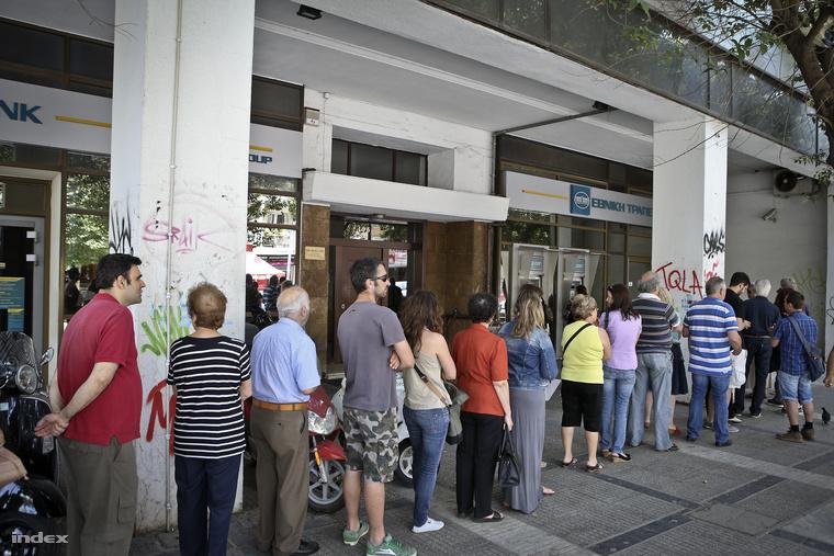 Ilyen sorok várakoztak a bankok előtt szombaton