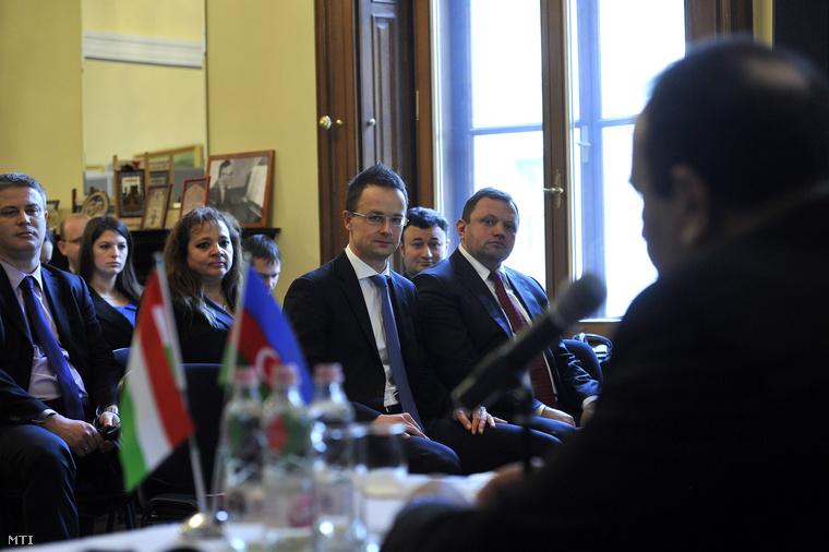 Szijjártó Péter, akkor még a Miniszterelnökség külügyi és külgazdasági államtitkára és mellette Keskeny Ernő, a Külügyminisztérium miniszteri biztosa 2012. november 29-én.