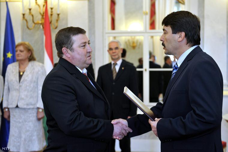 Farkas Imre a Nemzeti Fejlesztési Minisztérium közigazgatási államtitkára átveszi a kinevezési okmányt Áder János köztársasági elnöktől.