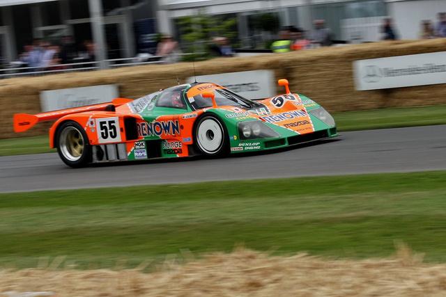 Hogy megmutassa, nemcsak szobrokat tud készíttetni New York-i művészekkel, hanem ért az autókhoz is, a Mazda többek között elhozta az 1991-ben Le Mans-nyertes, négytárcsás Wankellel hajtott, pokoli hangú 787B-t. Arról sajnos lemaradtam, amikor vasárnap Valentino Rossi vezette az autót. Viszont szörnyű öreg vagyok, már felnőtt voltam, amikor a 787B győzelméről olvastam...