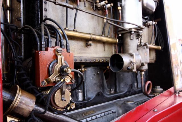 Kisfeszültségű Bosch-gyújtás van rajta (alig pár évvel később már mindenen nagyfeszültségű volt, ezt a dolgot mi nem ismerjük, 2015-ben), viszont olyan nagyok az égésterek, hogy hengerenként három gyertyával adja a szikrát