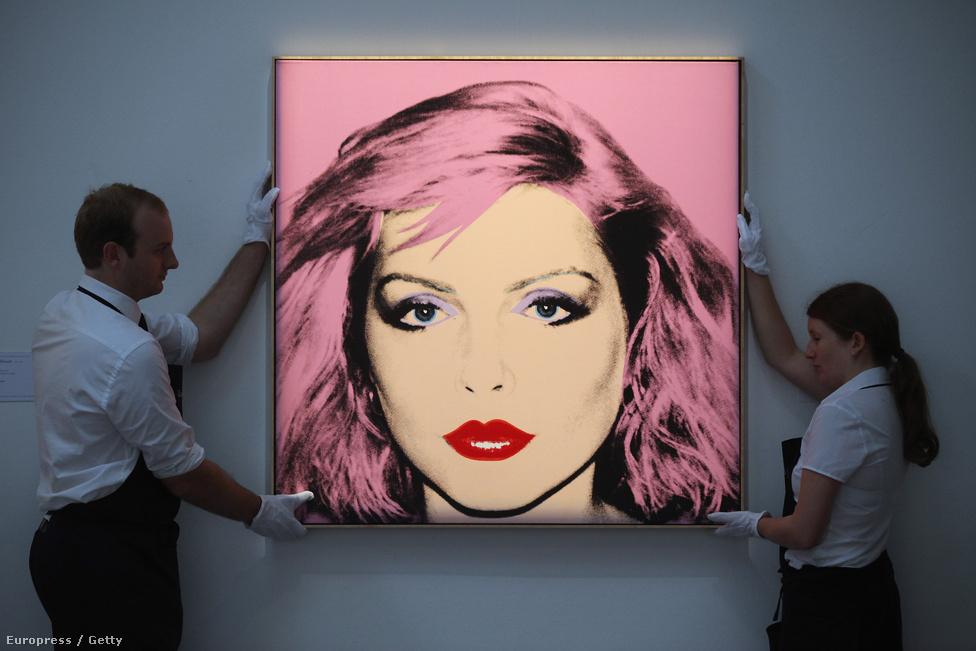 """A Blondie üdvöskéjére Andy Warhol is felfigyelt. Harry úgy emlékszik, hogy az utcán találkoztak, majd a popart-isten meghívta birodalmába, a Factoryba, ahol aztán megörökítette őt. """"Nagyon halkan beszélt, és egy vicces Polaroid kamerát használt. Könnyed volt a légkör, nem igazán volt rajtam nyomás"""" – emlékezett vissza az énekesnő."""
