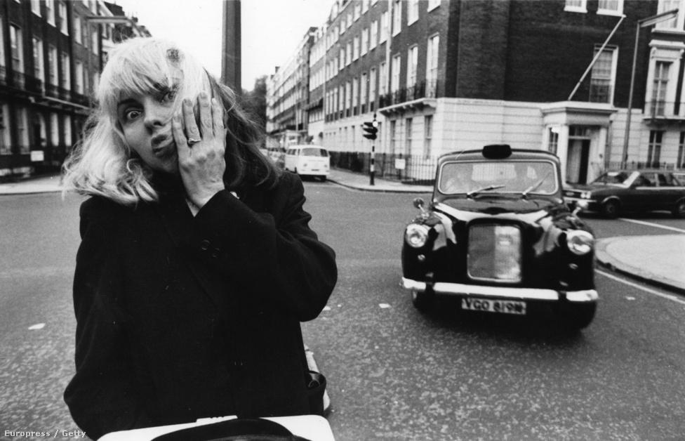 """Debbie Harry egy londoni utcában. Az énekesnő idén márciusban arról mesélt a brit Telegraphnak, hogy az egyik esős éjjel, amikor még fiatal lány volt, haza szeretett volna menni az egyik szórakozóhelyről, de nem tudott taxit fogni, úgyhogy amikor arra jött egy autó, a sofőrje pedig fuvart kínált, végül beszállt. Csak a kocsiban ülve vette észre, hogy belülről nem lehet kinyitni az ajtókat, ami miatt kezdte kényelmetlenül érezni magát. Végül jobbnak látta elhagyni az autót, ezért áttuszkolta a karját az ablakon, és kívülről nyitotta ki az ajtót, majd kiugrott a mozgó járműből. Évekig nem is gondolt az esetre, egyik este azonban felismerte a fuvart kínáló férfi arcát az egyik tévéhíradóban: Ted Bundy volt az, aki – mint kiderült – legalább harminc nő haláláért felelt. Az egyik tényellenőrző portál ezt később megcáfolta, mivel tudomásuk szerint nincs egyértelmű bizonyíték arra vonatkozóan, hogy a sorozatgyilkos ekkoriban New Yorkban tartózkodott volna. Harry mindenesetre azzal kommentálta az ügyet: """"Mindig azt mondom, hogy az ösztöneim mentettek meg."""""""