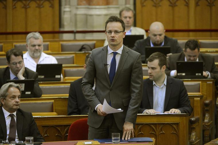 Szijjártó Péter napirend előtt szólal fel az Országgyűlés plenáris ülésén 2015. június 29-én.