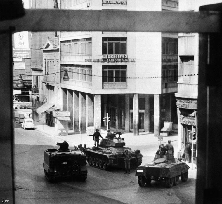 A görög hadsereg tankjai Athénban, 1967.