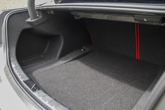 Rejtett zsanér, jól pakolható csomagtér, akár családi autónak is eladható