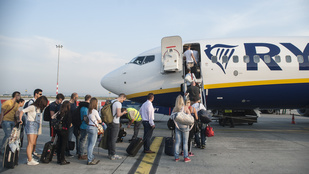 Vontatójármű lyukasztotta ki egy Ryanair-gép oldalát Ferihegyen