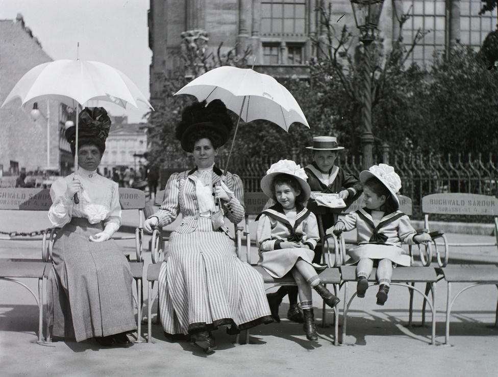 Pihenő a Vigadó előtt. A kép baloldalán még csak üres telek van a későbbi Mahart-székház helyén, melyet 1910 és 13 között építettek fel.