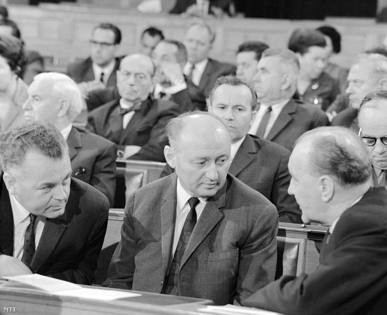 Biszku Béla (középen), 1970-ben
