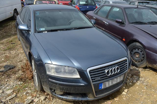 Az Audi előtt értetlenül áll mindenki a telepen. Nem példátlan, hogy egy kopottas fényű prémium így végezze, de mindenesetre különös, hogy senkinek nem hiányzik az ez A6-os, vagy legalább az ára