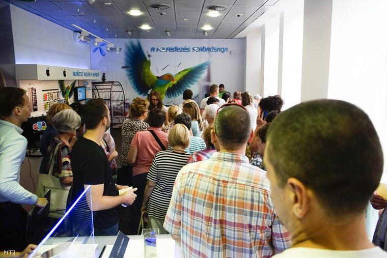 Szerződésmódosításra váró ügyfelek sorba állnak a Telenor Astoriánál lévő üzletében Budapesten 2015. június 29-én.