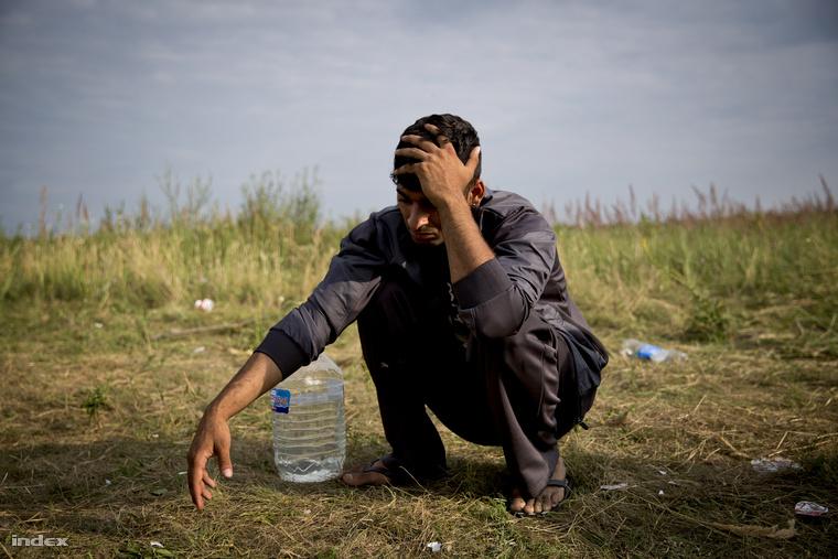 Ezt a fiatal afgán férfit hétfő este magukat rendőrnek kiadó bűnözők rabolták ki. Egy fillérje sem maradt.