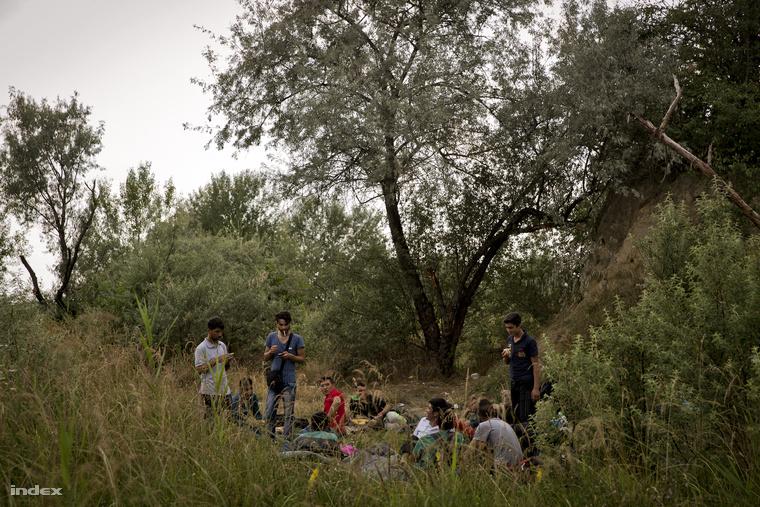 Napokat, de akár heteket is várhatnak a téglagyárban a menekültek, amíg el nem indítják őket a magyar határhoz.