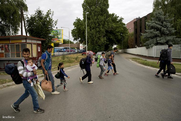 Szabadkán gond nélkül sétálnak a menekültek, anélkül, hogy bárki feltartóztatná őket.