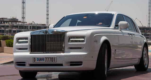 A gazdag vendégek autói