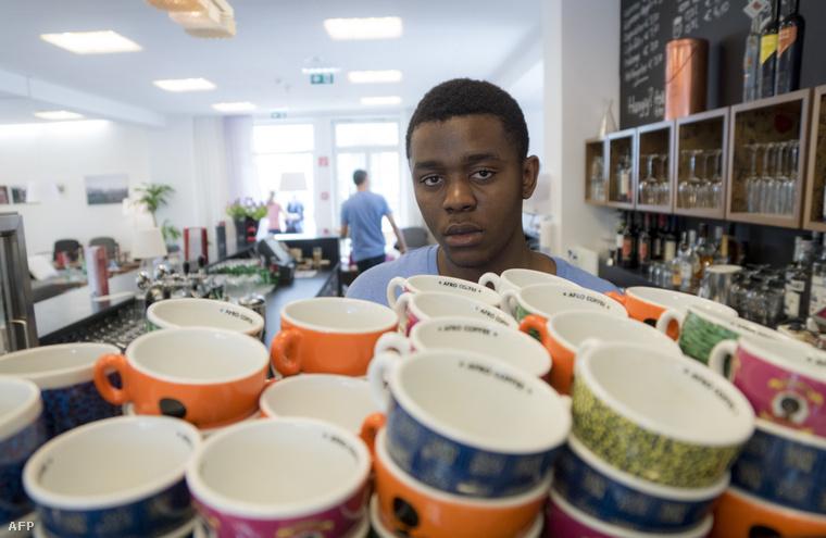 Daniel Bapinga, kongói bevándorló kávét készít egy osztrák szálloda halljában