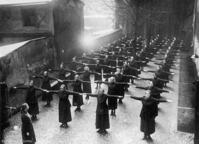 Az Üdvhadsereg női tagjai közös tornagyakorlatokat végeznek 1910 körül