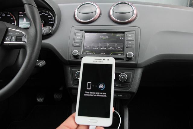 Igaz, csak kábellel lehet csatlakoztatni a rendszerhez, de a MirrorLink a telefon kijelzőjét egy-az-egyben rátükrözi a központi képernyőre