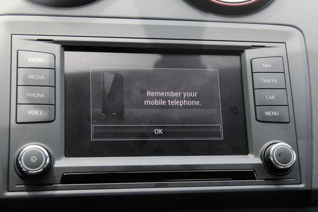 Előzékenyen figyelmeztet, hogy ne hagyjuk a kocsiban a telefont
