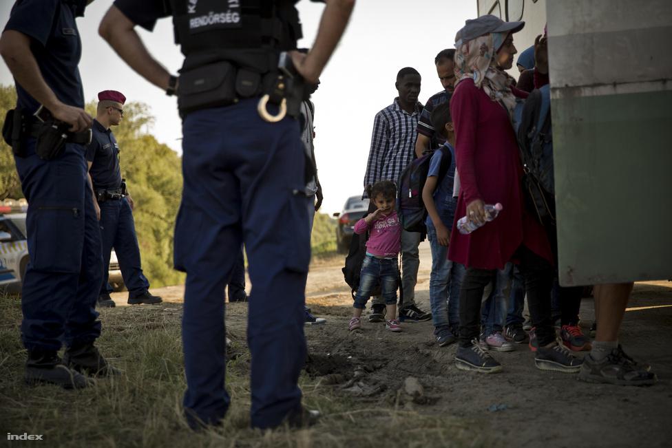 Nagyon sok árva gyerek utazik a menekültekkel. A határon nem csak rendőrök, hanem önkéntes civilek is dolgoznak, utóbbiak vizet, élelmet osztanak a rászorulóknak. A gyerekek különösen veszélyeztetett helyzetben vannak.