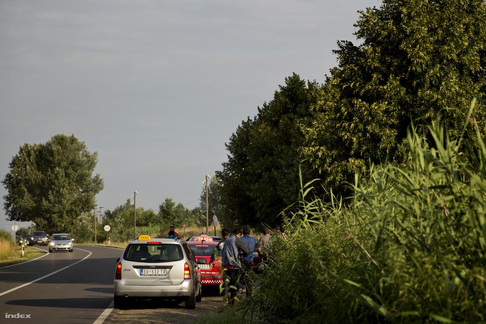 A menekültekből sokan húznak hasznot Szerbiában és Magyarországon is. Elsősorban a taxisok, akik több száz eurót zsebelnek be egy-egy illegális fuvar után. Arra ügyelnek, hogy a határon keresztül ne szállítsanak senkit, mert az már tagadhatatlanul embercsempészet lenne, míg a köztes fuvarokat még úgy ahogy ki tudják magyarázni. Szeged környékén van olyan taxis, akit már többször letartóztattak, de a mai napig nem sikerült rábizonyítani a csempészést. A jólértesült helyiek szerint akár heti félmillió forintot is meg lehet keresni a taxizással így.