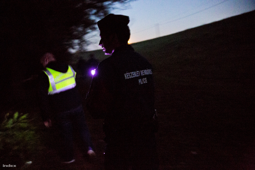 A Szeged környékén felbukkanó határsértőkre leginkább azért mérgesek a helyiek, mert sok szemetet hagynak maguk után. Arról, hogy bárkivel is erőszakoskodtak volna, nem nagyon lehet hallani. Az embercsempészekkel már nem ez a helyzet, ők gyakran botokkal próbálják elijeszteni a menekültek után kutató rendőröket és polgárőröket.