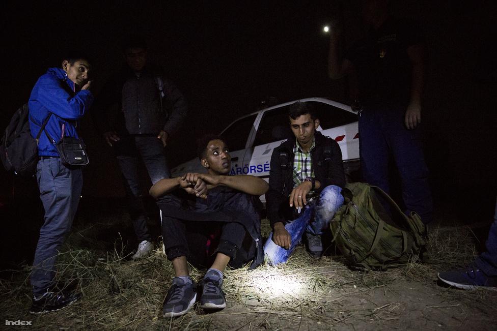 A szerb-magyar határ legkritikusabb pontjain már fél éven belül állni fog a kerítés, így a menekülteknek új utak után kell néznie.