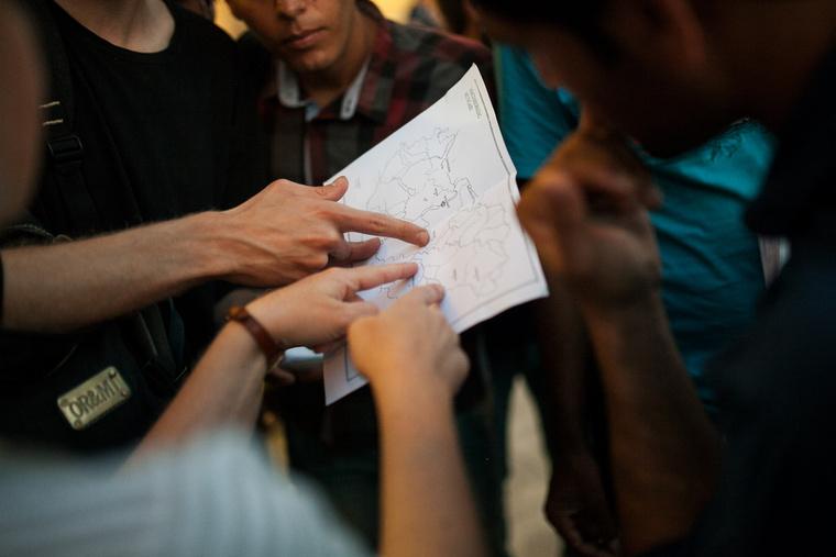 A többségüknek a debreceni befogadóállomást jelölik ki tartózkodási helyül, ahová Cegléden kéne átszállniuk. Az aktivisták ezt meg is mutatják a térképen, amit a Bevándorlási Hivataltól mindannyian megkaptak.