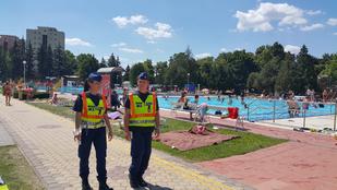 Szuperszép rendőrnő vigyáz a strandolókra Egerben