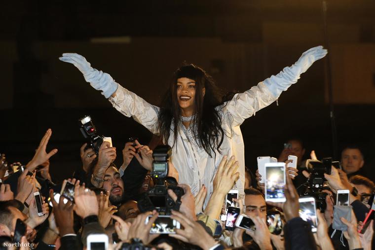 Rihanna a rajongóival