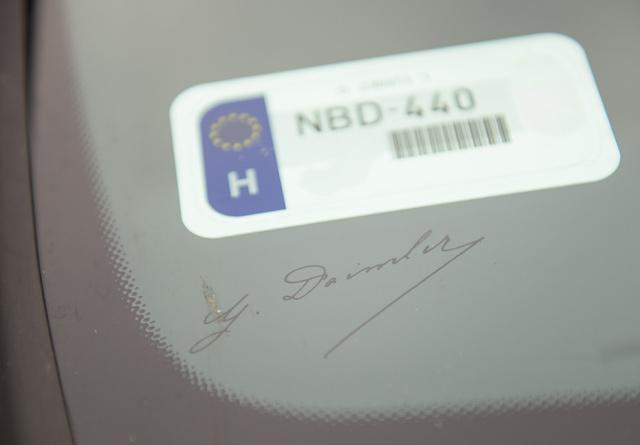 A Daimler-autogram mostantól széria, de egy szélvédőcsere esetén az internetről tizenvalahány dollárért rendelhetünk pótmatricát