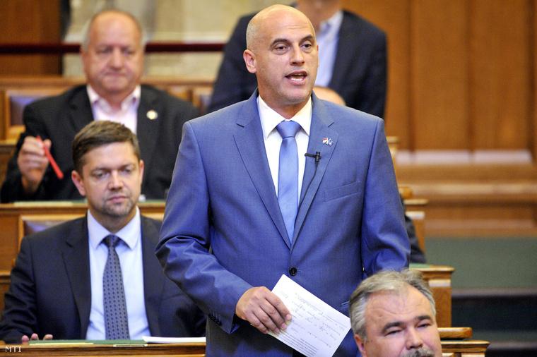 Tóbiás József a Magyar Szocialista Párt elnöke szólal fel a Országgyűlés plenáris ülésén 2015. július 6-án.