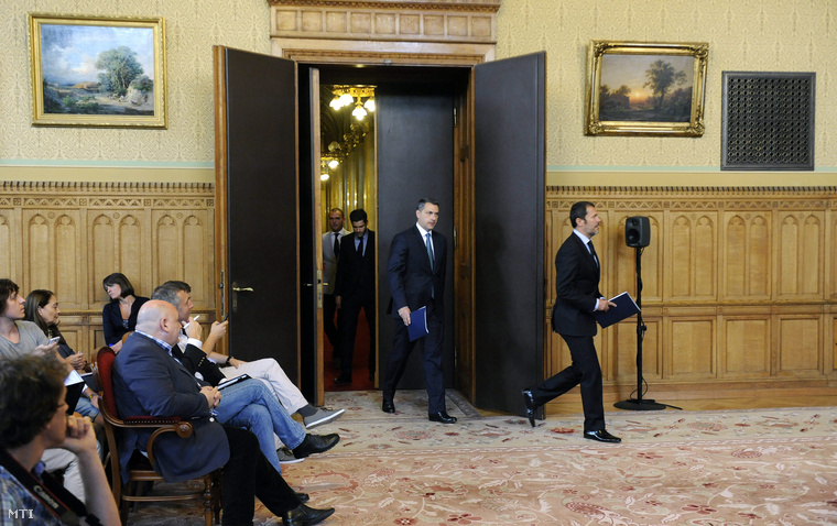 Lázár János sajtótájékoztatója a Parlamentben 2015. június 25-én.